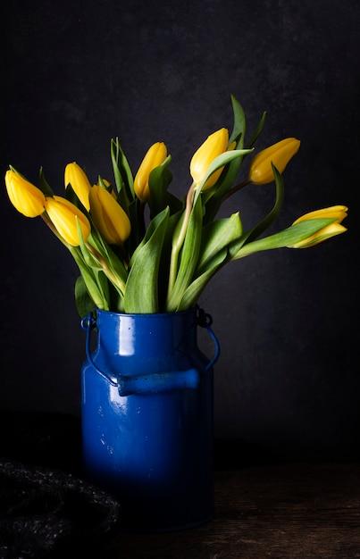 花瓶に黄色のチューリップ 無料写真