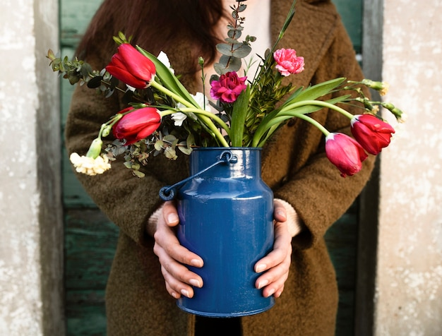 花の花瓶を持つフロントビュー人 無料写真