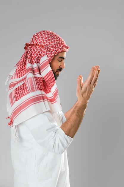 横に立っているカンドラとアラビア人 無料写真
