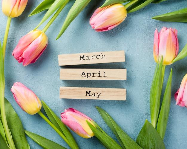 春のテーブルの上のチューリップ 無料写真