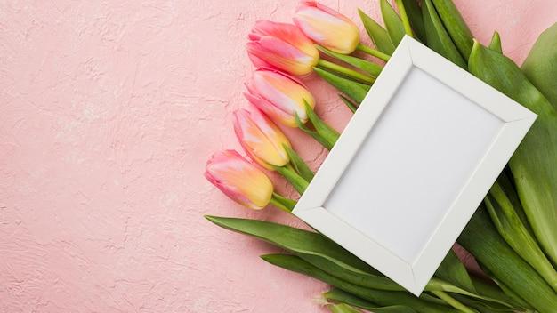 チューリップの花束の上にフレーム 無料写真