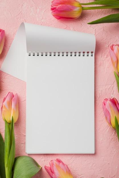 チューリップの横にあるノートブック 無料写真