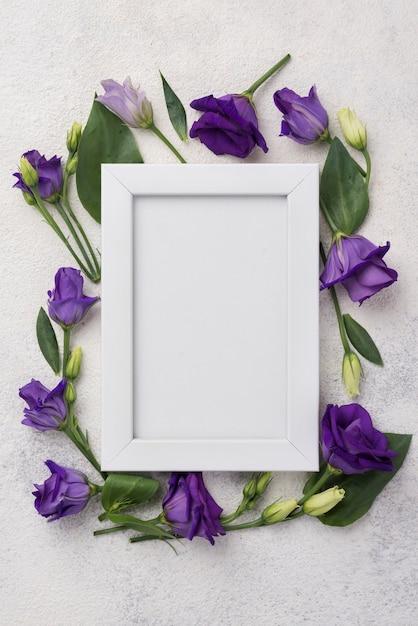 テーブルの上の花を持つフレーム 無料写真