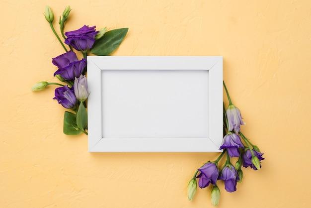 花を持つトップビューフレーム 無料写真