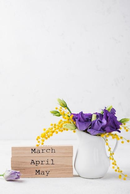 春のコピースペースと花瓶の花 無料写真