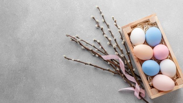 Плоская планировка коробки с красочными пасхальными яйцами и копией пространства Бесплатные Фотографии