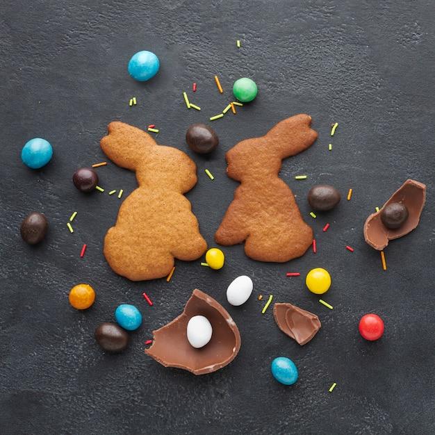 イースターとお菓子のバニーの形をしたクッキーのトップビュー 無料写真
