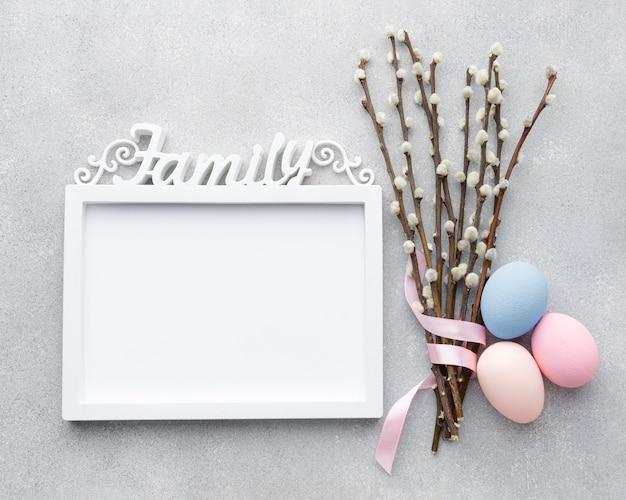 Плоская планировка рамки с пасхальными яйцами и цветами Бесплатные Фотографии