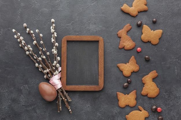 Вид сверху печенье в форме пасхального кролика с шоколадным яйцом Бесплатные Фотографии