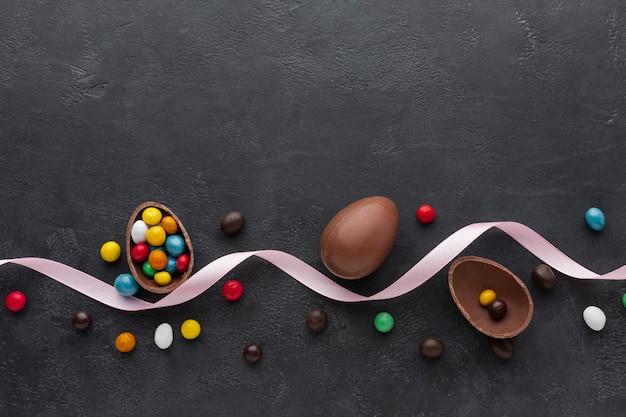 カラフルなキャンディとリボンとチョコレートイースターエッグ 無料写真