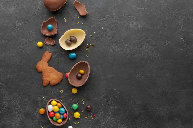 キャンディとバニーの形をしたクッキーとチョコレートのイースターエッグのトップビュー 無料写真