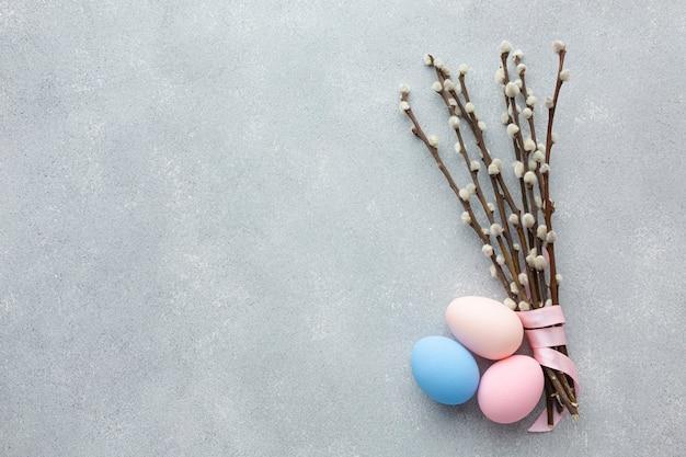 Вид сверху пасхальных яиц с копией пространства и цветов Бесплатные Фотографии