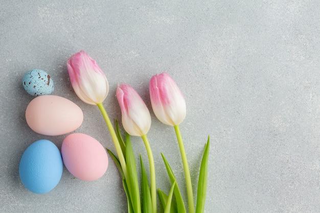 Плоская кладка красочных пасхальных яиц с тюльпанами Бесплатные Фотографии