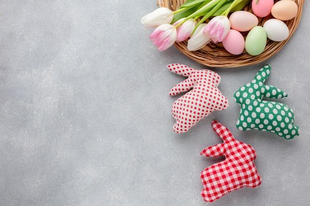 Выложите разноцветные пасхальные яйца и украшения в форме зайчиков Бесплатные Фотографии