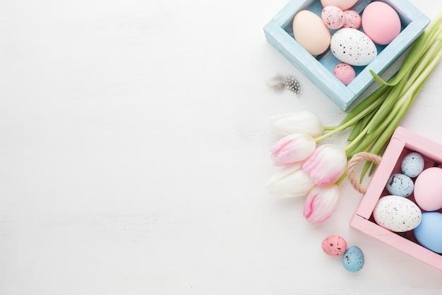 カラフルなイースターエッグと美しいチューリップの高角 無料写真