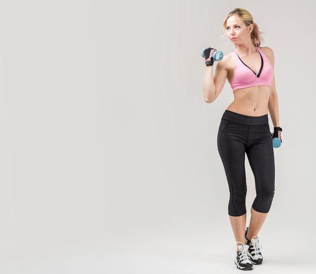 重みで運動ジムの服装で運動の正面図 無料写真