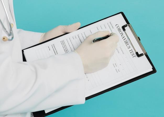 コロナウイルステストを記入する医師の高角 無料写真
