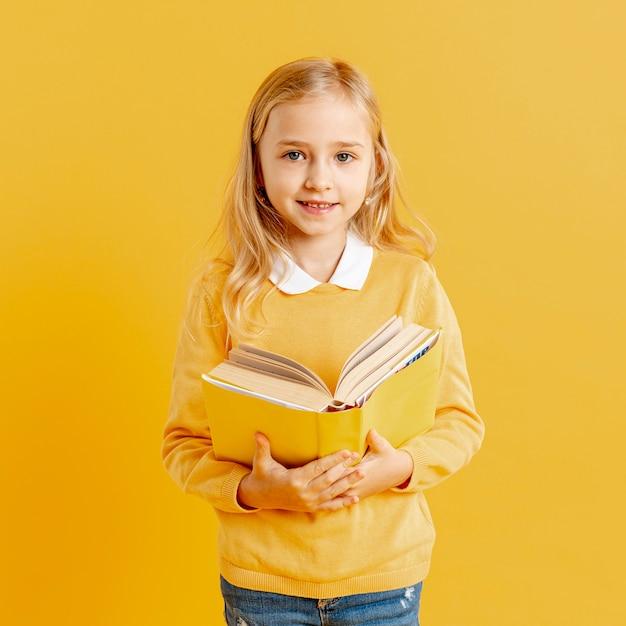 Портрет красивая девушка с книгой Бесплатные Фотографии