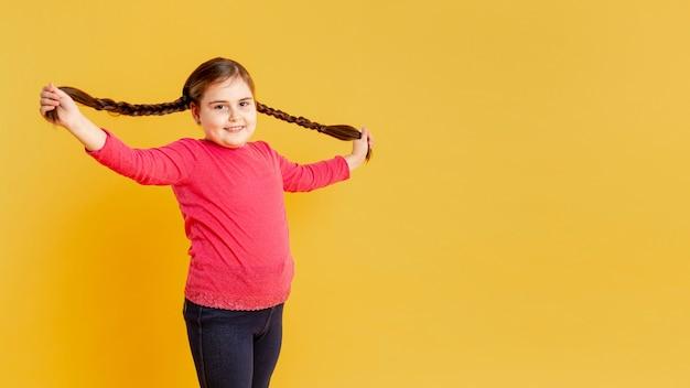 Копия пространство девушка играет со своими волосами Бесплатные Фотографии