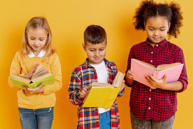 本を読んで高角度の子供 無料写真