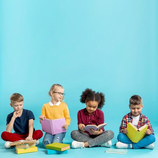 本を読む幼児 無料写真