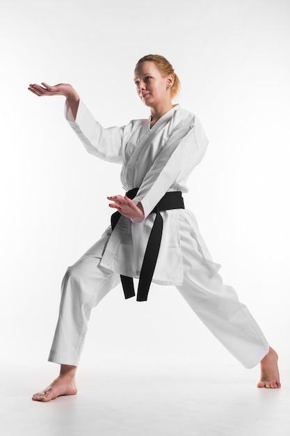 Каратэ женский боец позирует полный выстрел Бесплатные Фотографии
