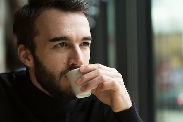 コーヒーを飲んで正面ビジネス男 無料写真