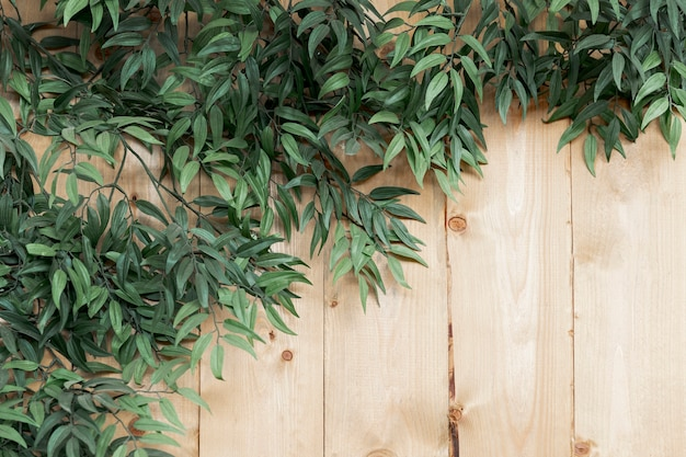 Вид сверху украшение с листьями на деревянном фоне Бесплатные Фотографии