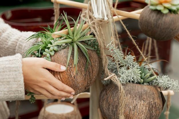 かわいいアレンジメントを作るクローズアップの花屋 無料写真