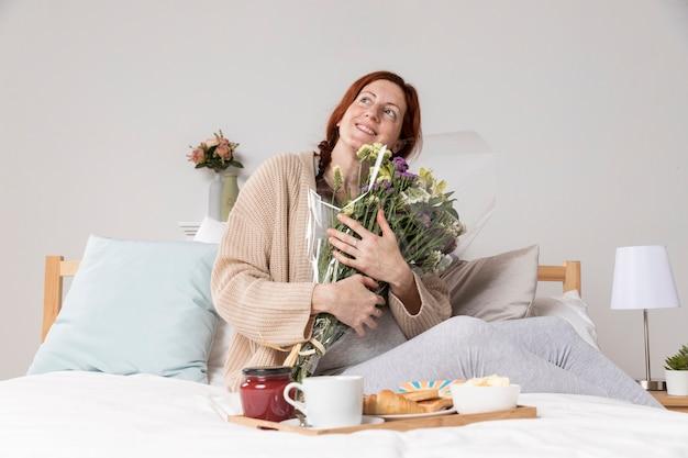 Низкий угол женщина счастлива или сюрприз Бесплатные Фотографии