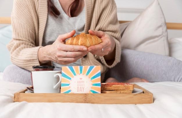 Женщина крупного плана наслаждаясь сюрпризом позднего завтрака Бесплатные Фотографии