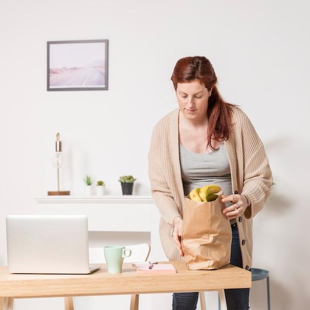 Дом беременной женщины с продуктовой сумкой Бесплатные Фотографии
