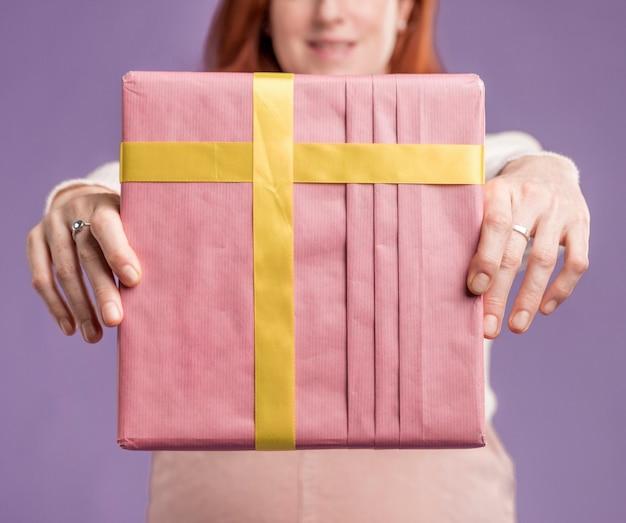 Макро беременная женщина, держащая подарок Бесплатные Фотографии