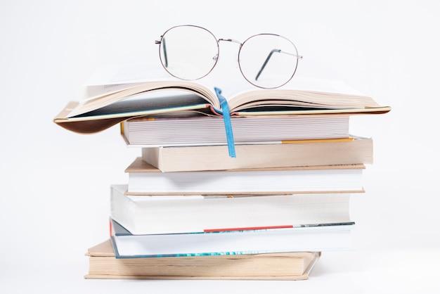 上の眼鏡と本の高角スタック 無料写真