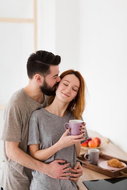 Мужчина и женщина пьют утренний кофе Бесплатные Фотографии