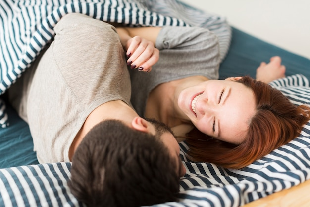 Молодая пара в одеялах в помещении Бесплатные Фотографии
