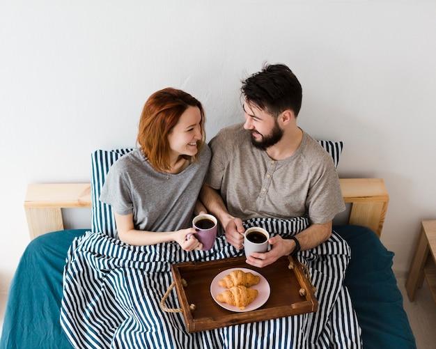 朝の屋内でのベッドでの朝食 無料写真