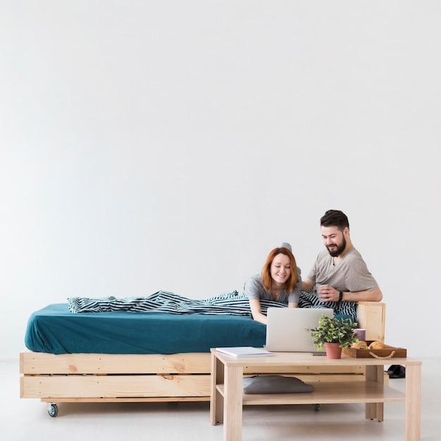 Минималистский дизайн спальни и вид на пару Бесплатные Фотографии