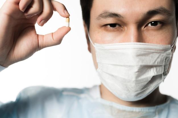 Вид спереди доктора, держа таблетку Бесплатные Фотографии