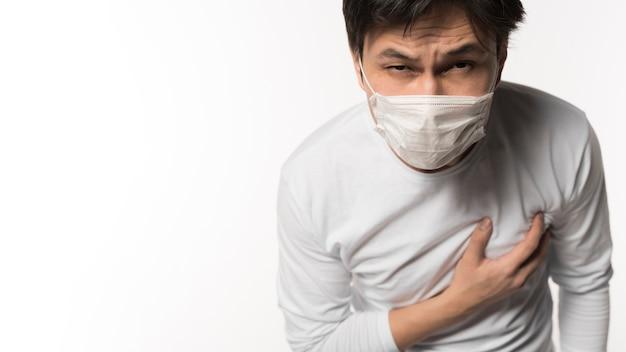 Вид спереди больного человека касаясь его груди от боли Бесплатные Фотографии