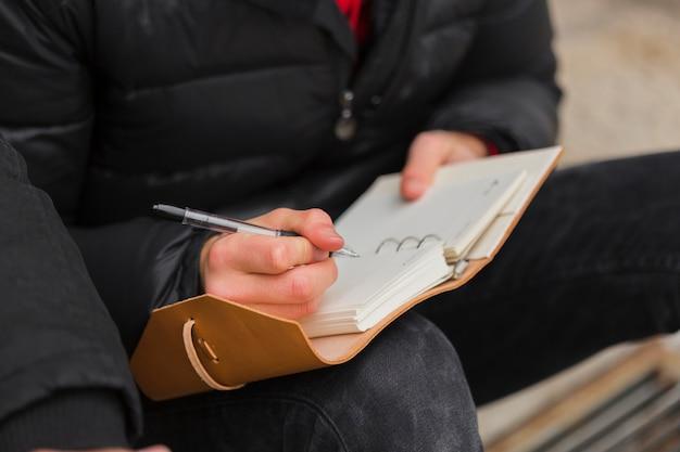 Макро парень, писать в тетради Бесплатные Фотографии