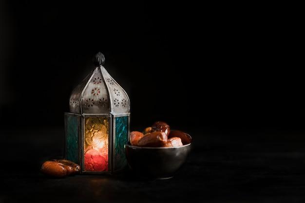 ラマダンの日のハイアングルキャンドルとスナック 無料写真
