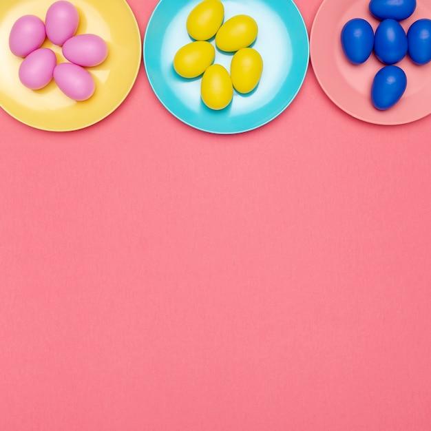 卵とコピースペースを持つフラットレイアウトプレート 無料写真