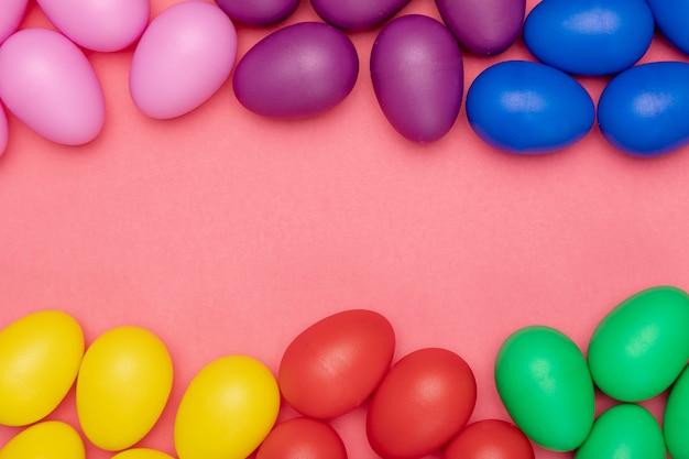 フラットイースターのカラフルな卵を産む 無料写真