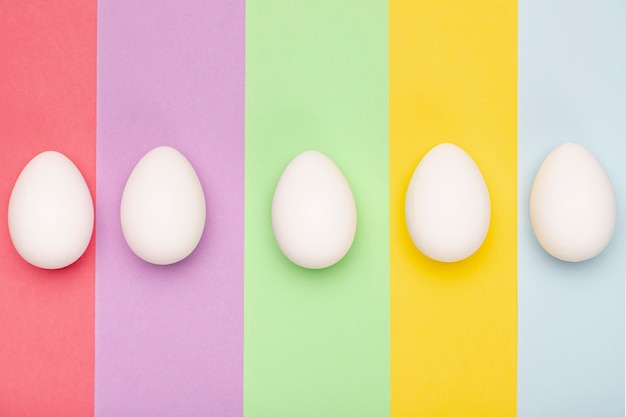 Вид сверху белые яйца на столе Бесплатные Фотографии