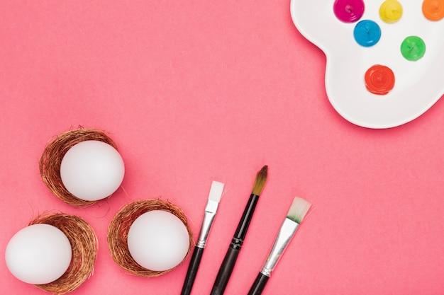 Вид сверху покраска яиц для пасхального процесса Бесплатные Фотографии