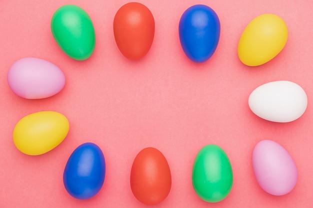 テーブルの上の色の卵のトップビュー 無料写真