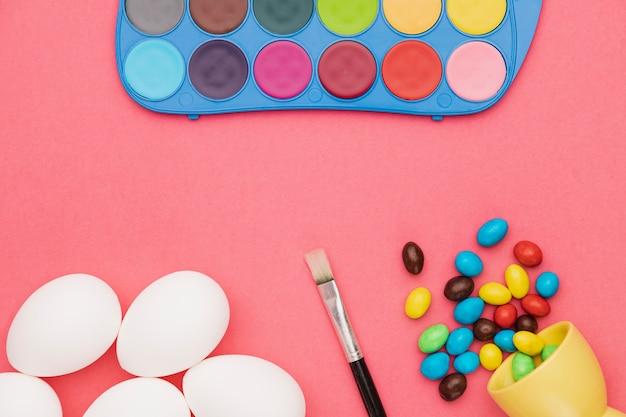 Яйца на столе подготовлены к покраске Бесплатные Фотографии