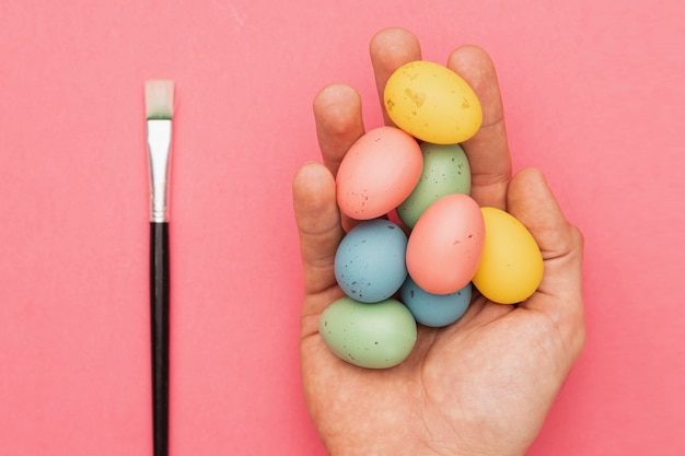 Кисть рядом с крашеными яйцами Бесплатные Фотографии