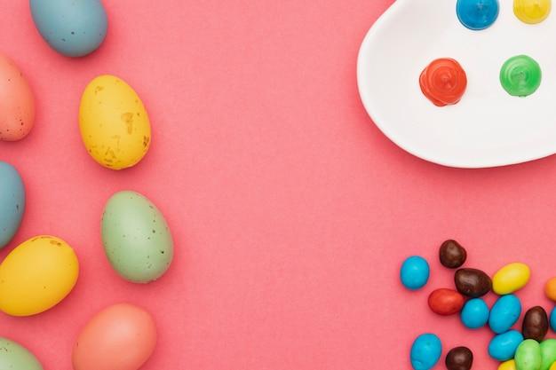 着色された卵のトップビュー着色ツール 無料写真